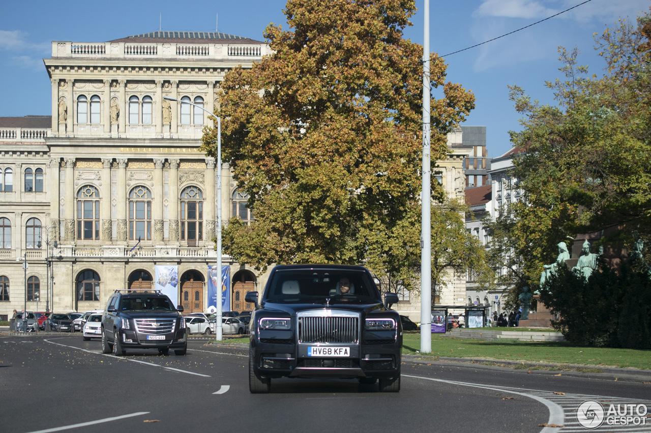 Rolls-Royce Cullinan duo paradeert door Budapest