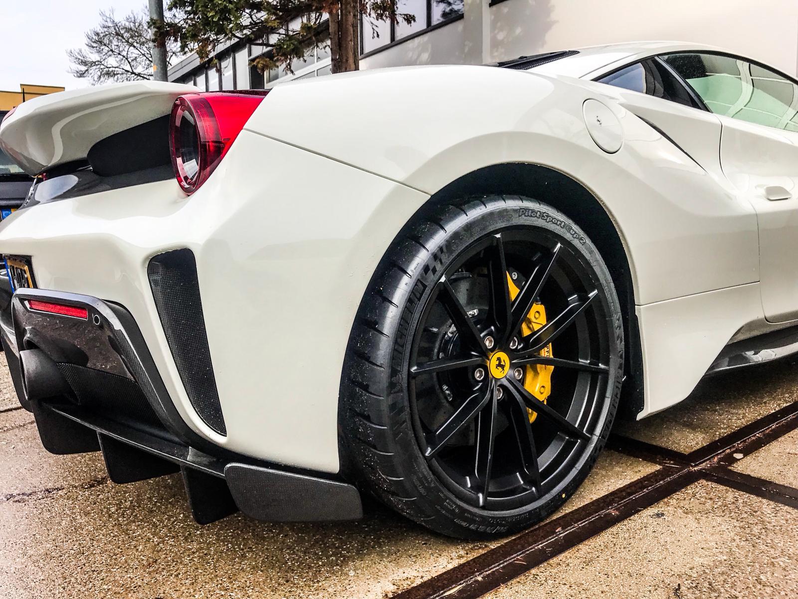 Joseph Klibansky neemt witte Ferrari 488 Pista in ontvangst