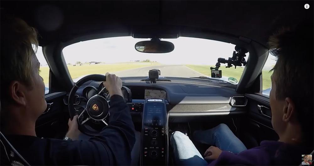 Filmpje: Nico Rosberg pakt een Porsche 918 Spyder in het nekvel