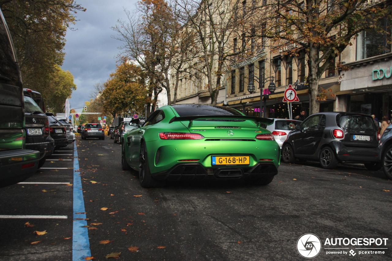 Mercedes-AMG GT R shopt er op los in Düsseldorf