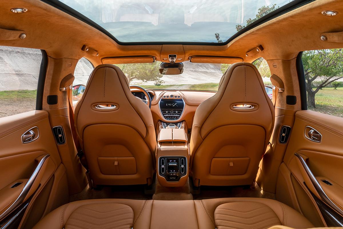 Aston Martin toont interieur en laat prijs weten van DBX