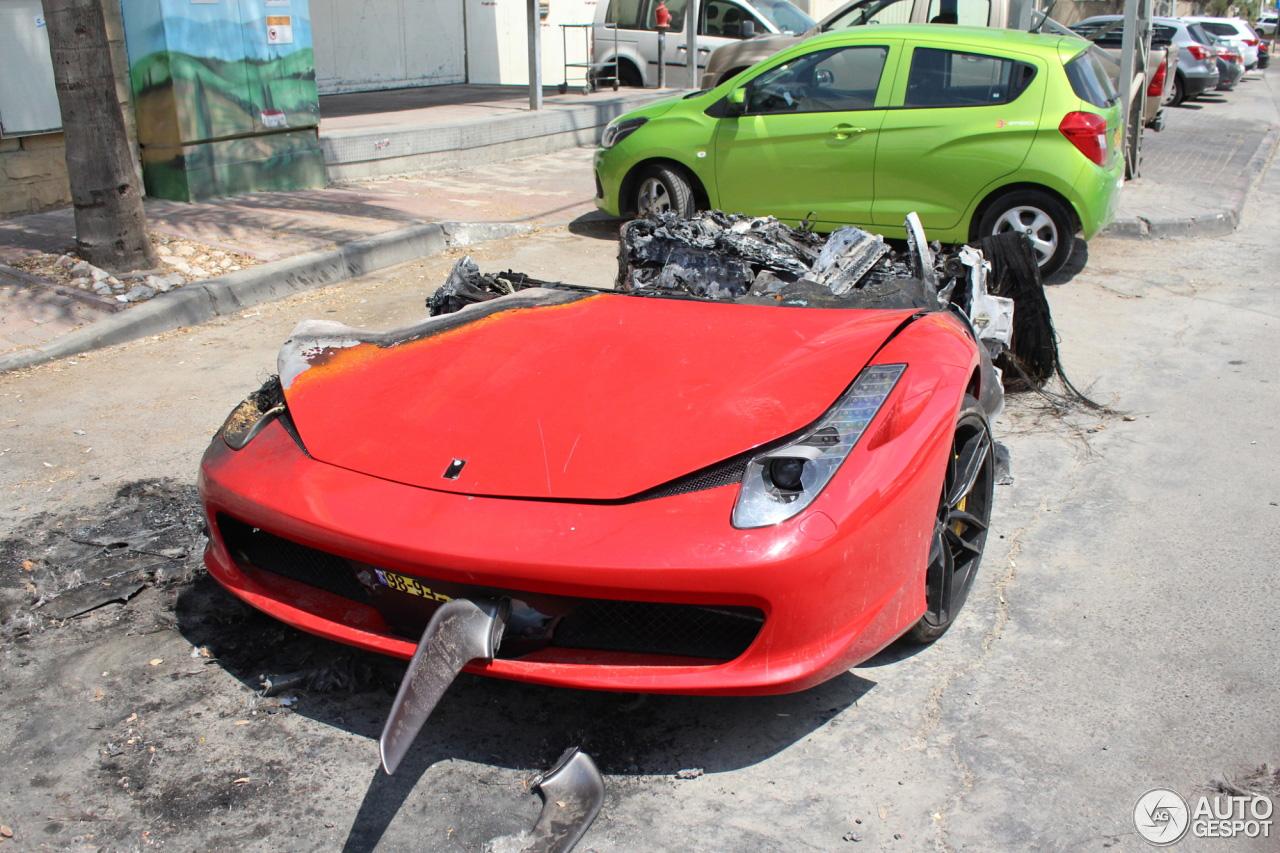 Ferrari 458 Italia in Israel tot de grond afgebrand