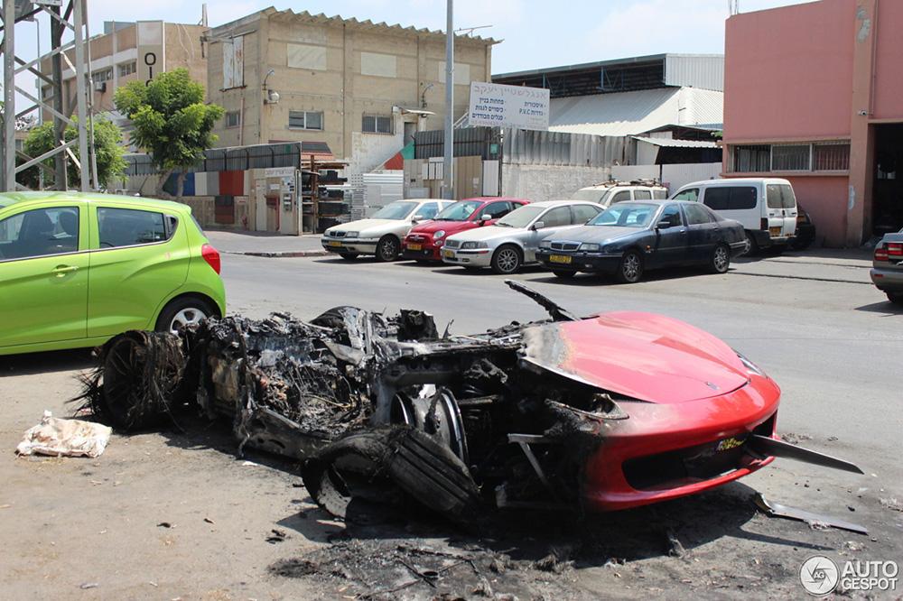以色列法拉利 458 Italia 惨遭火焰吞噬
