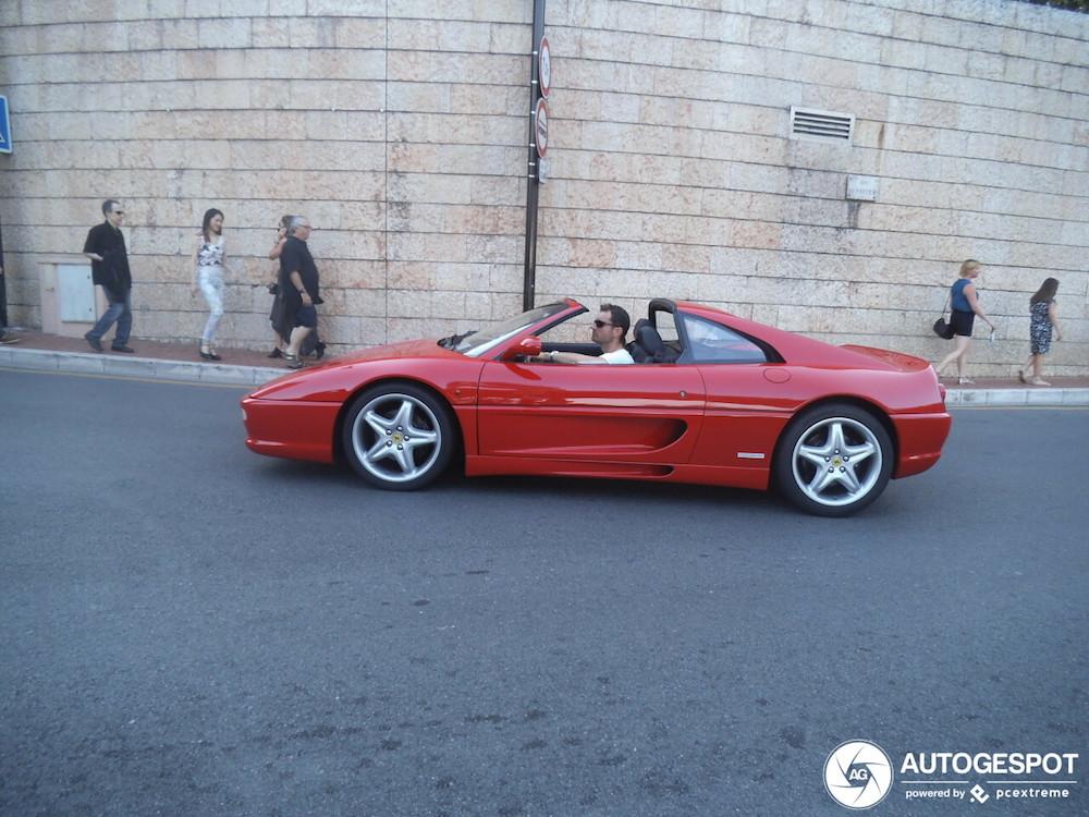 De eigenaar van deze Ferrari is de ster in zijn eigen Bond film