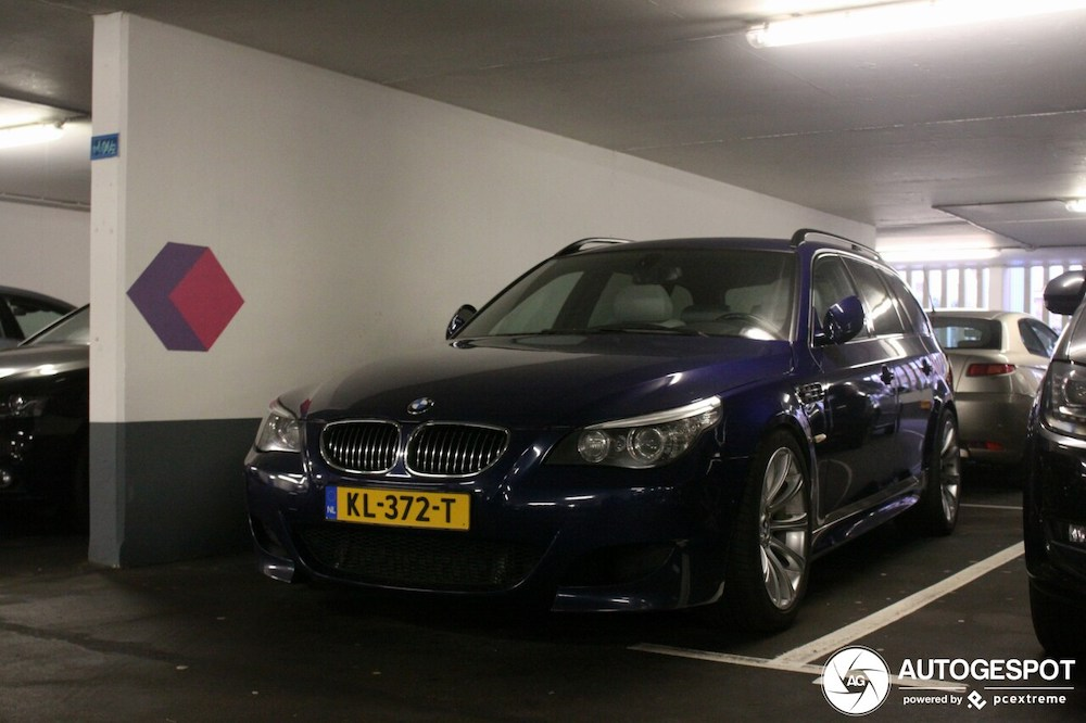 Donkerblauwe BMW M5 E61 Touring is gaaf