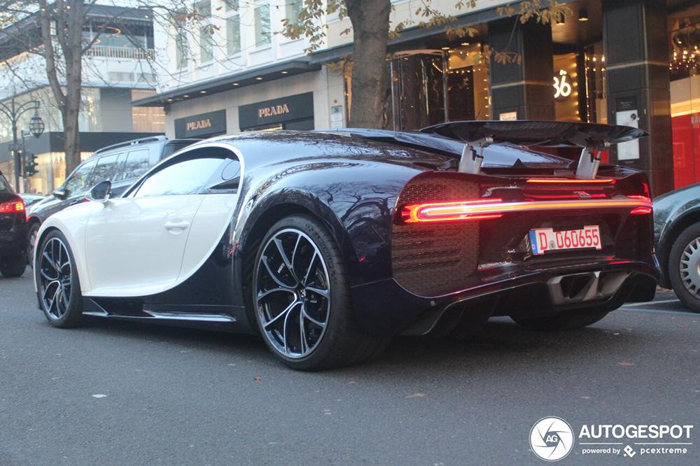 Bugatti Chiron komt kerstsfeer proeven op Königsallee
