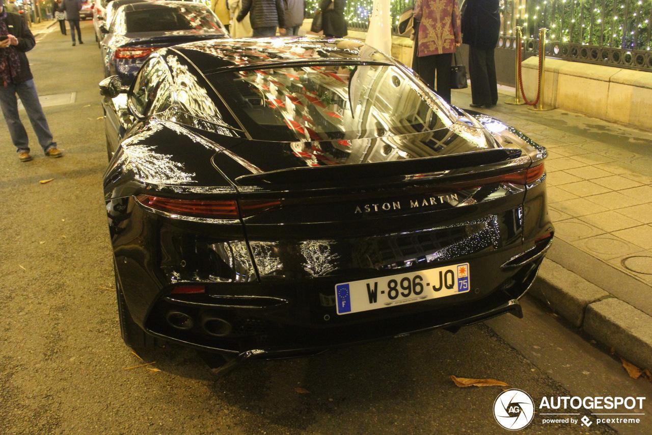 Aston Martin DBS Superleggera mag wel oppassen in Parijs