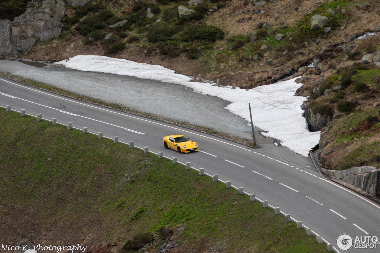 Ferrari F12tdf geniet nog van sneeuwloze wegen