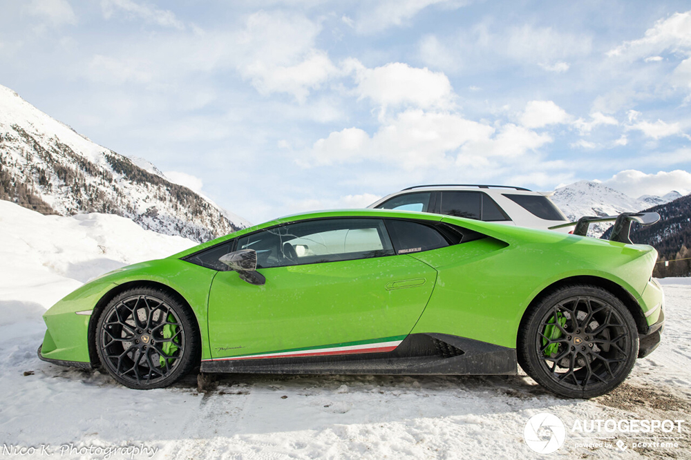 Lamborghini is niet bang voor beetje sneeuw