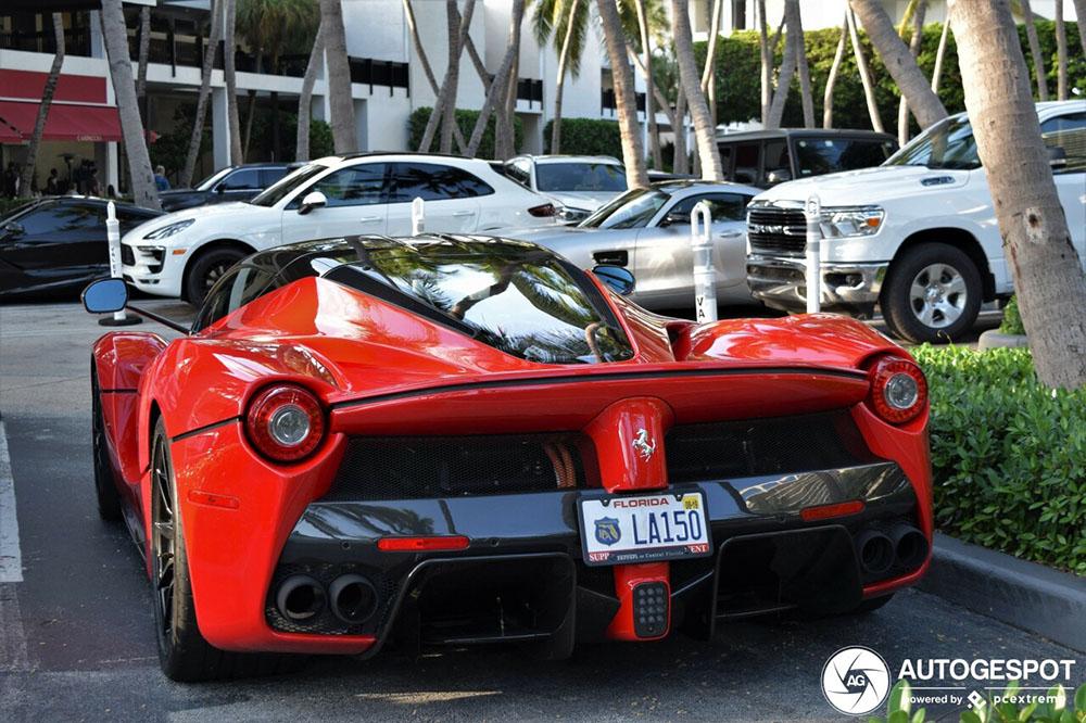 Ferrari LaFerrari is de ster van de parkeerplaats