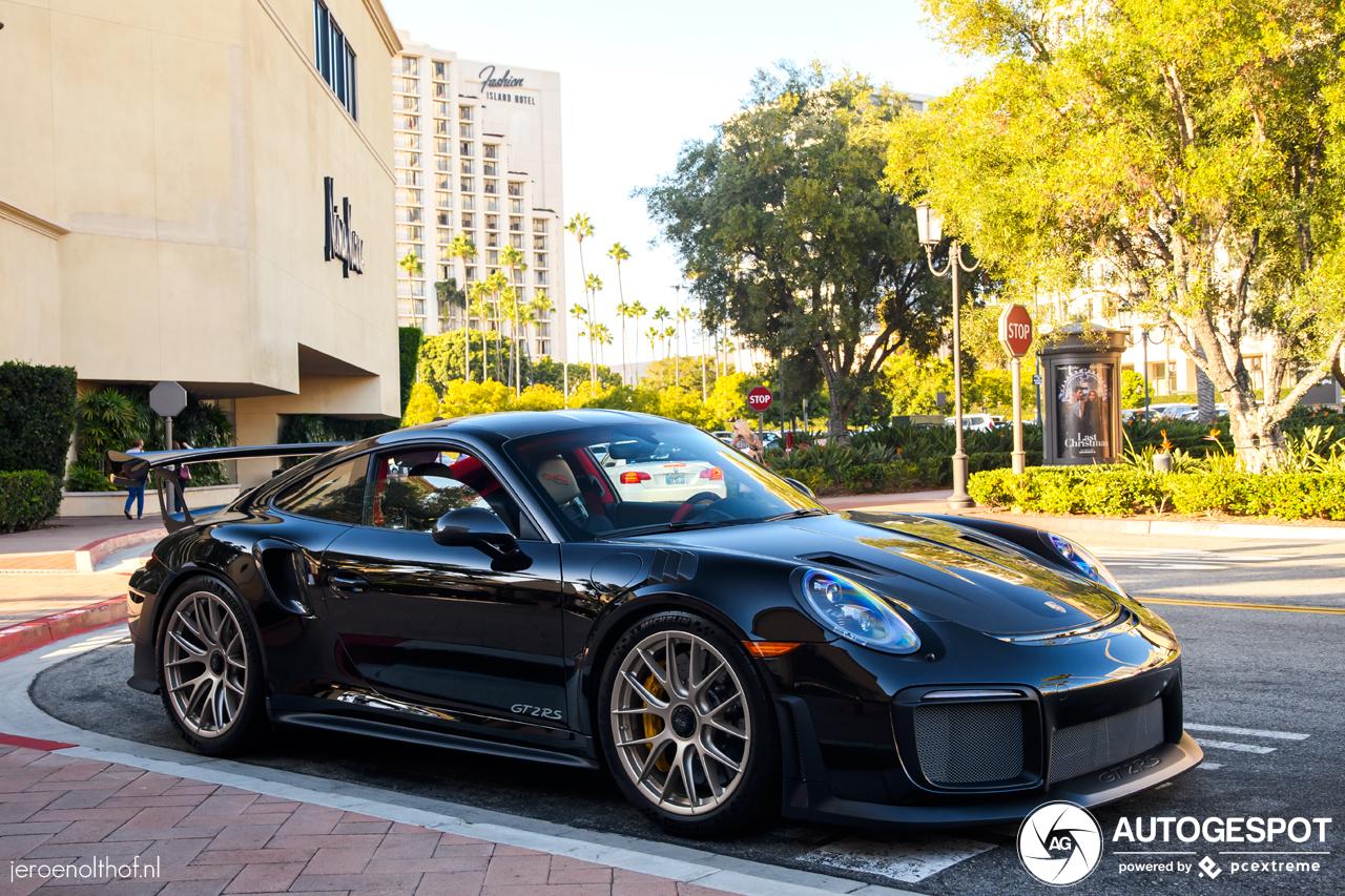 Gitzwarte Porsche GT2 RS is een plaatje