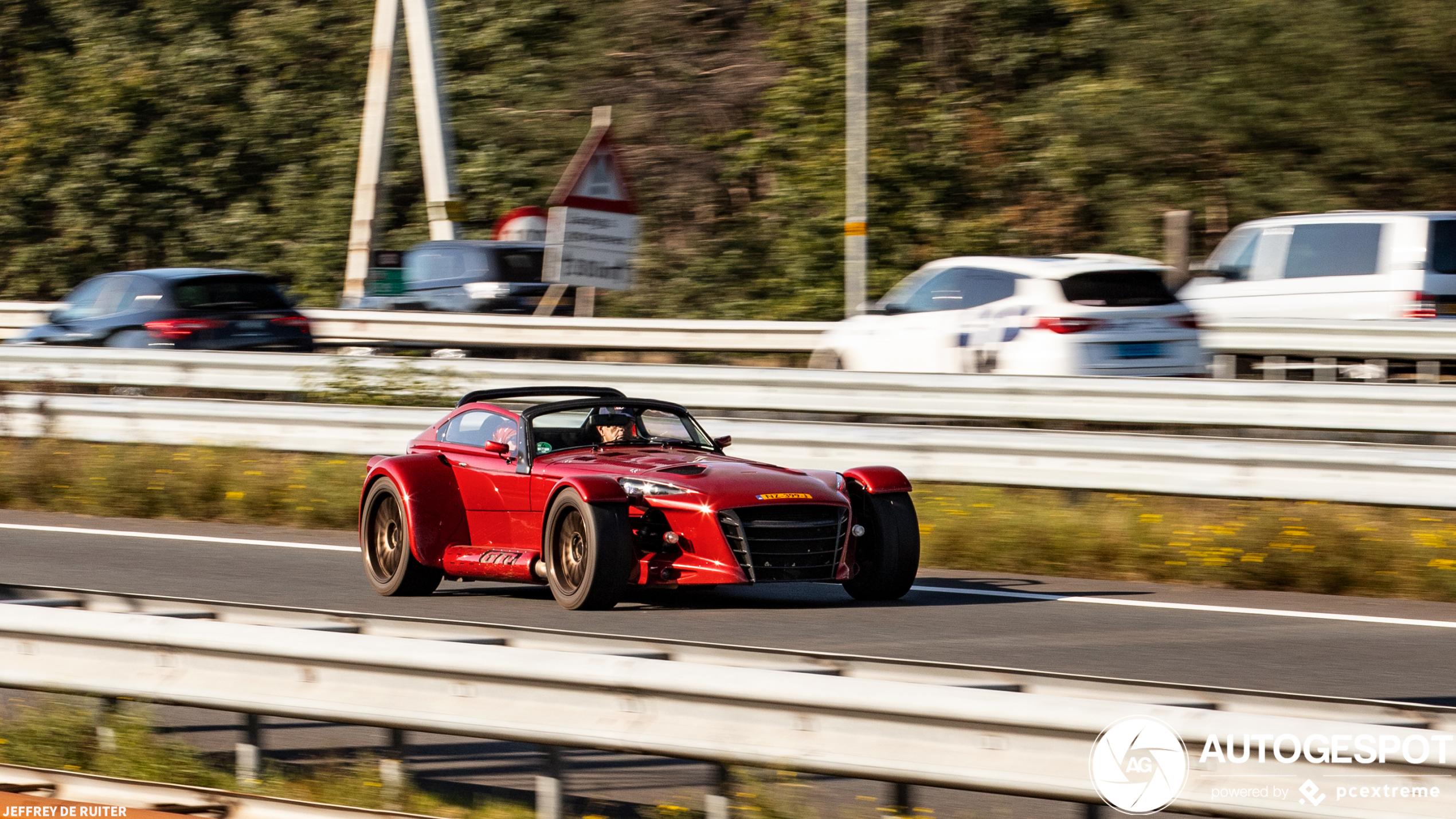 Donkervoort D8 GTO RS spurt over de snelwegen